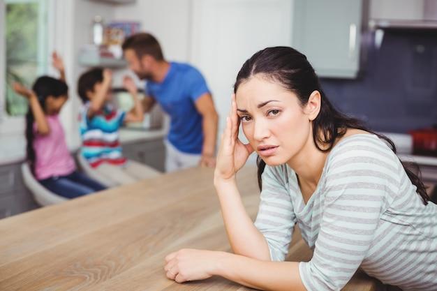 家族とのテーブルで緊張した母