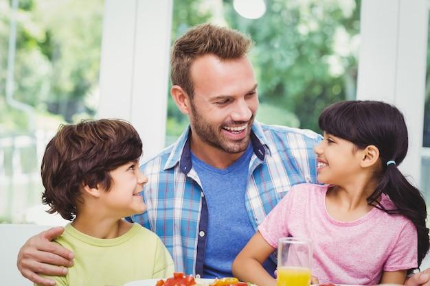 Улыбающийся отец и дети