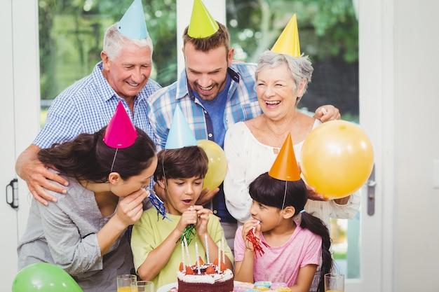 誕生日パーティーを祝う笑顔の多世代家族