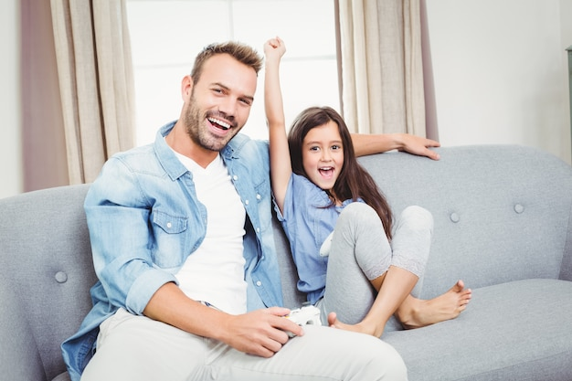 Отец и дочь играют в видеоигры