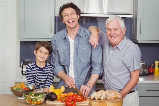 Семья готовит еду на кухне