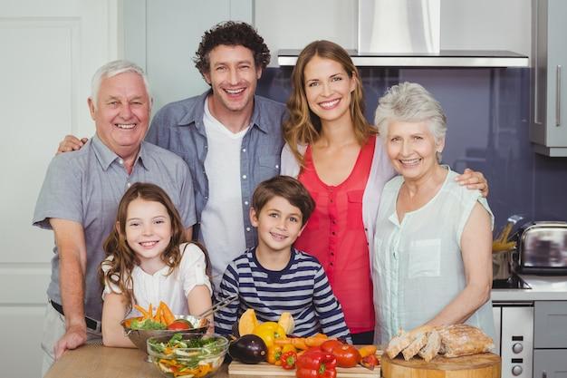 家族が台所で食事の準備