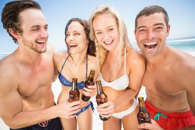 ビーチで楽しんで幸せな友達
