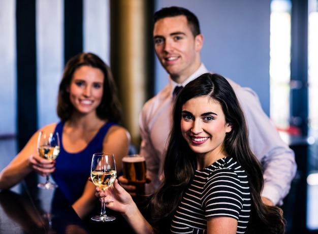 Друзья пьют в баре
