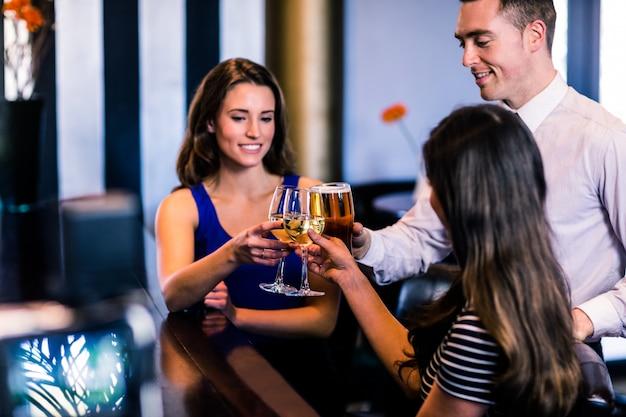Друзья тосты вместе в баре