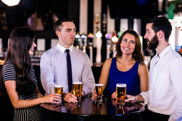 Друзья разговаривают и пьют в баре