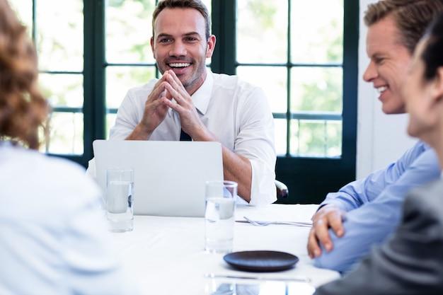 Бизнесмен улыбается в деловой встрече