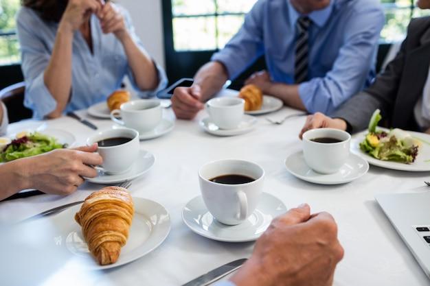 レストランで会議を行っているビジネス人々