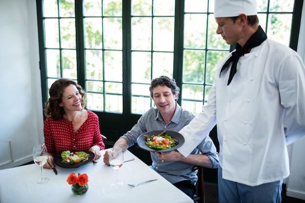 Шеф-повар показывает блюдо для пары