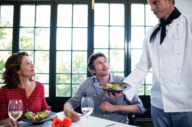 Шеф-повар подает еду на пару