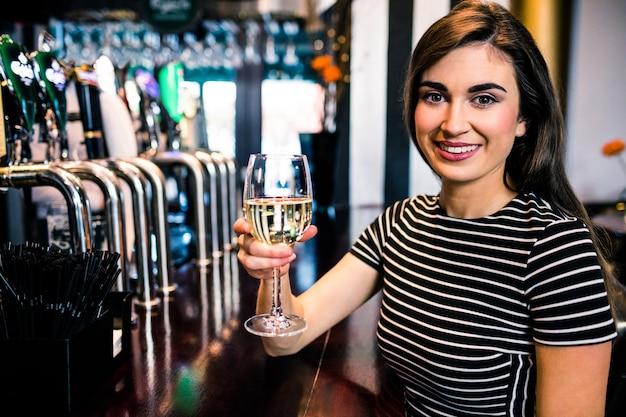 バーでワインのグラスを持つ女性の肖像画