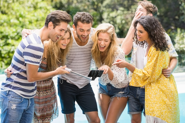 Группа друзей, принимая селфи возле бассейна