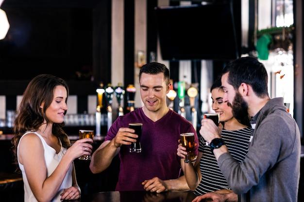バーでビールを飲んでいる友人