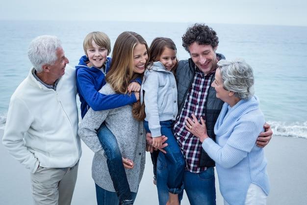 Семья из нескольких поколений наслаждается на берегу