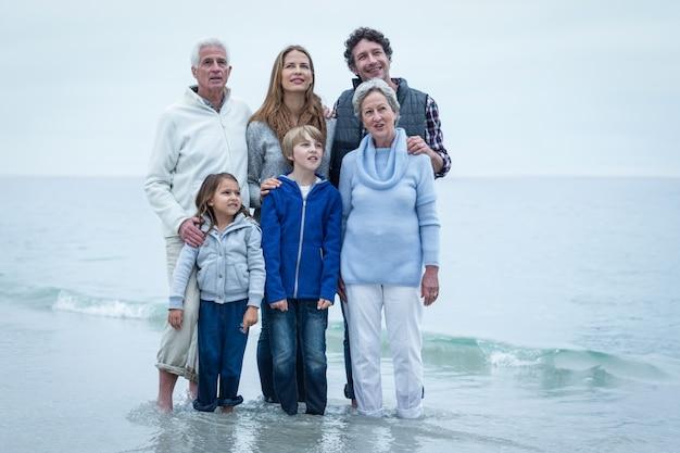 Семья стоя на пляже
