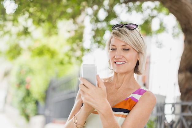 携帯電話を使用して幸せな女