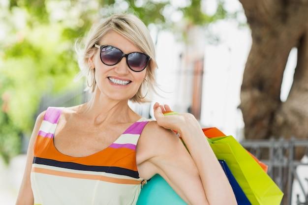 買い物袋との幸せな女の肖像