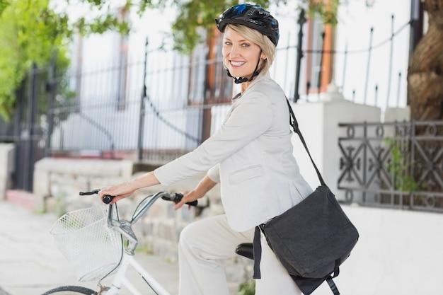 サイクルにヘルメットを持つ実業家の肖像画