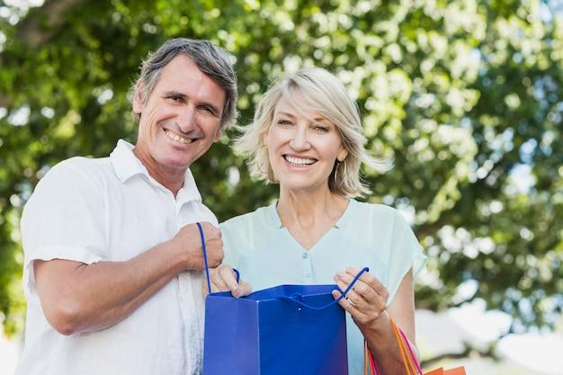 買い物袋を持つカップルの肖像画