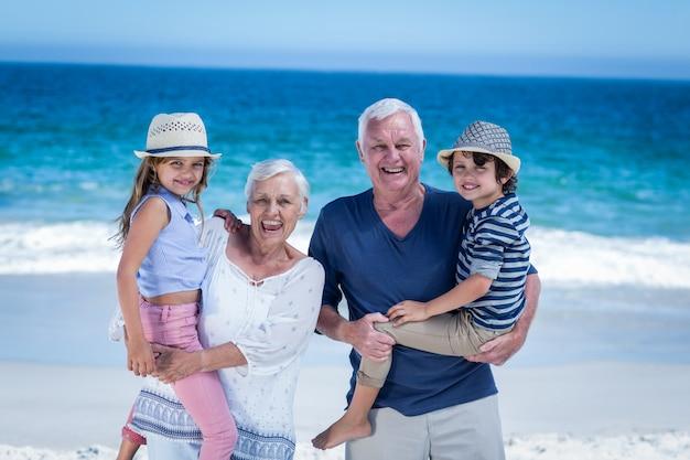 Счастливые бабушки и дедушки, возвращающие детям поросенок