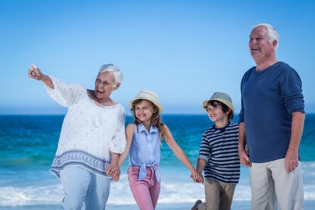 Милые дети, взявшись за руки бабушки и дедушки