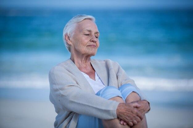 Вдумчивый зрелая женщина мечтает день