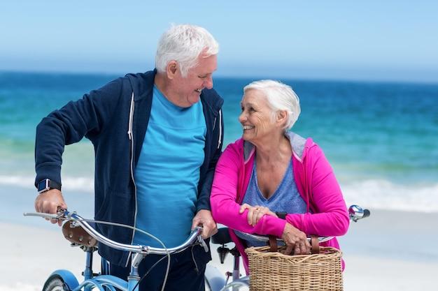 自転車で成熟したカップル