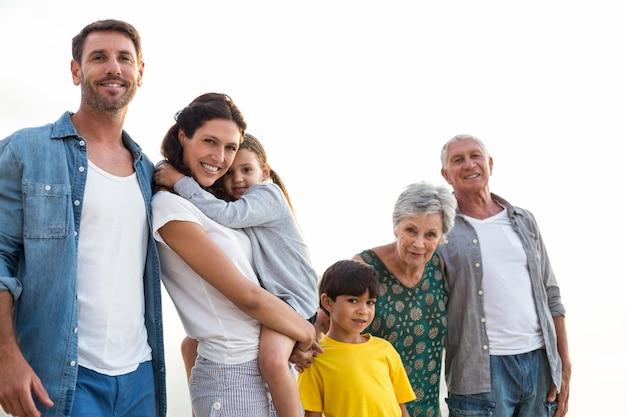 幸せな家族がビーチでポーズ