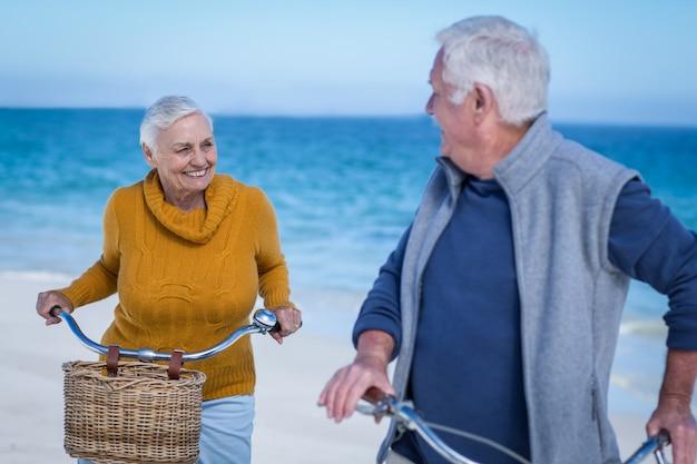 Пожилая пара с велосипедами