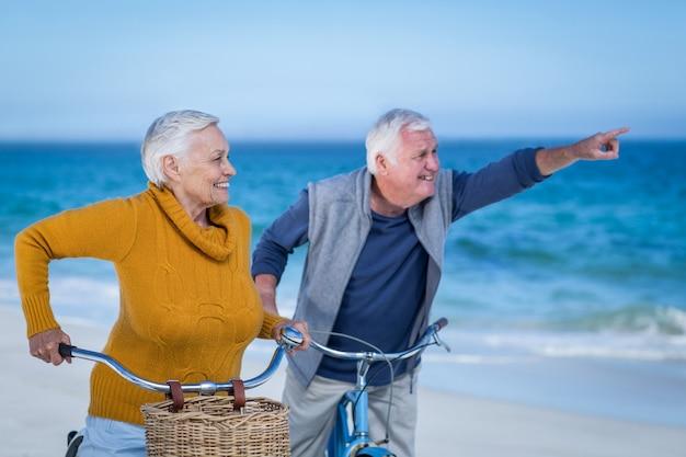 Пожилая пара с указанием велосипедов