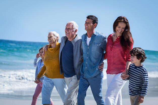 一緒に歩いて幸せな家族