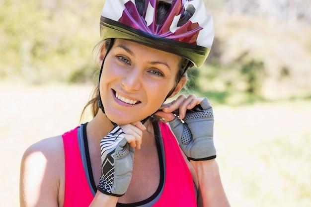 ヘルメットを着て笑顔の女性に合う