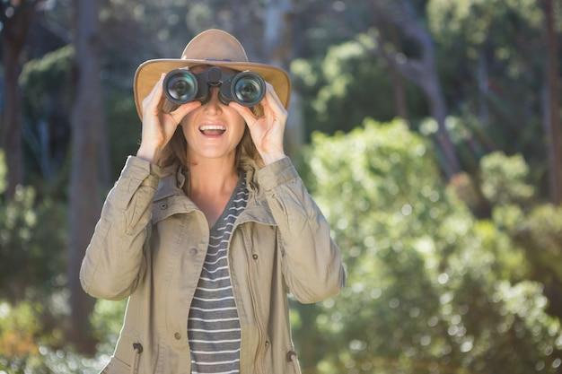双眼鏡を使用して笑顔の女性