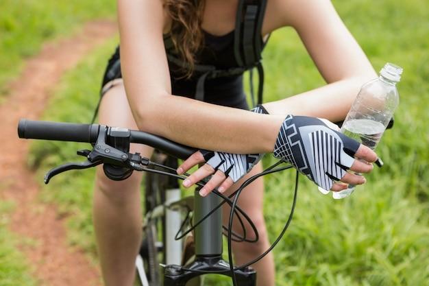 Крупный план женщины на велосипеде