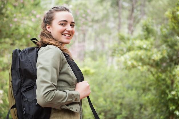 バックパックで笑顔の女性