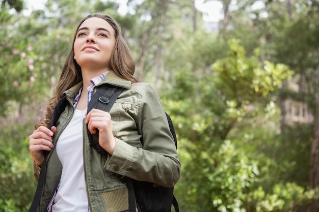 バックパックを持つ女性の肖像画