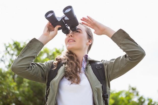 双眼鏡を使用して女性