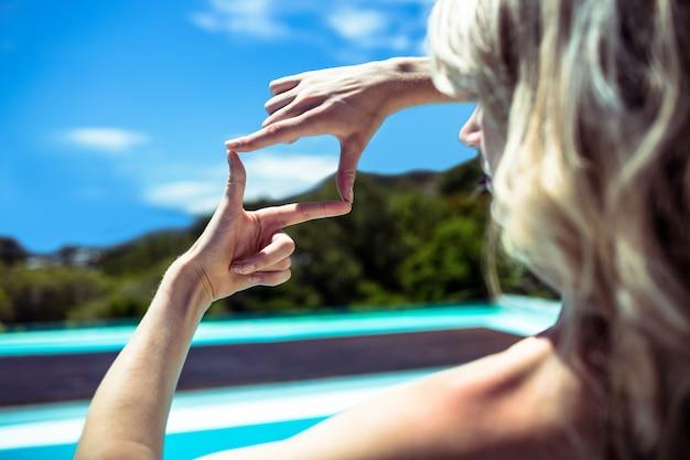 Женщина делает квадрат руками