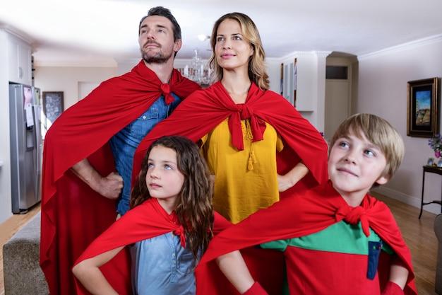 リビングルームでスーパーヒーローのふりをして家族
