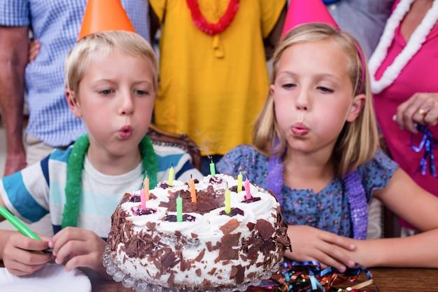 誕生日パーティーでろうそくを吹き兄弟