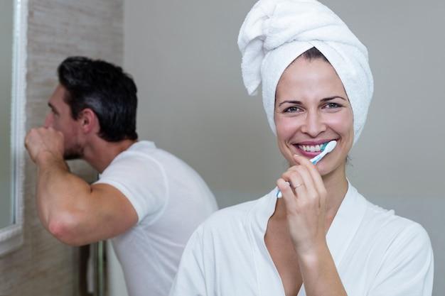 バスルームで歯を磨くカップル
