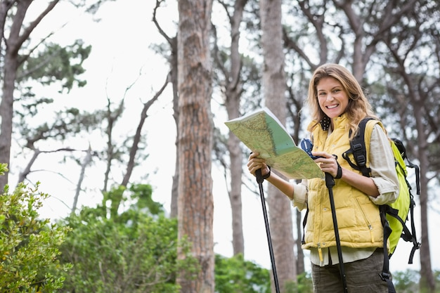 地図とコンパスを持つ女性