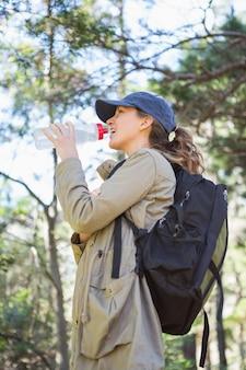 休憩をしながら水を飲む女性