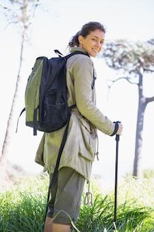 ハイキングスティックを持つ女性