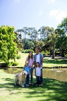 幸せな家族が公園に立っています。