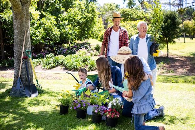 公園での多世代家族のガーデニング