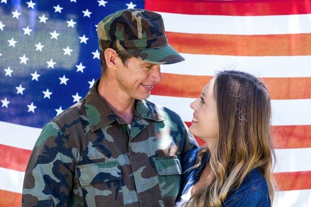 Счастливый американский солдат воссоединился со своим партнером
