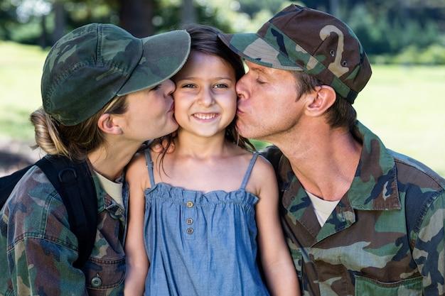 Солдатская пара воссоединилась со своей дочерью