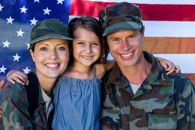 兵士のカップルが娘と再会