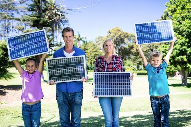 太陽電池パネルを保持している家族